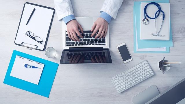 Lekarz pracuje przed komputerem