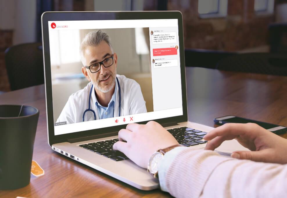 Mężczyzna prowadzi wideorozmowę z lekarzem